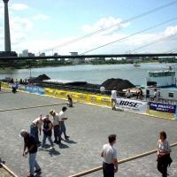 20-an-der-rheinuferpromenade-fuhren-die-schiffe-sehr-dicht-am-ufer-vorbei