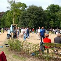 07-spazierganger-nutzten-die-banke-um-die-spannenden-spiele-anzusehen